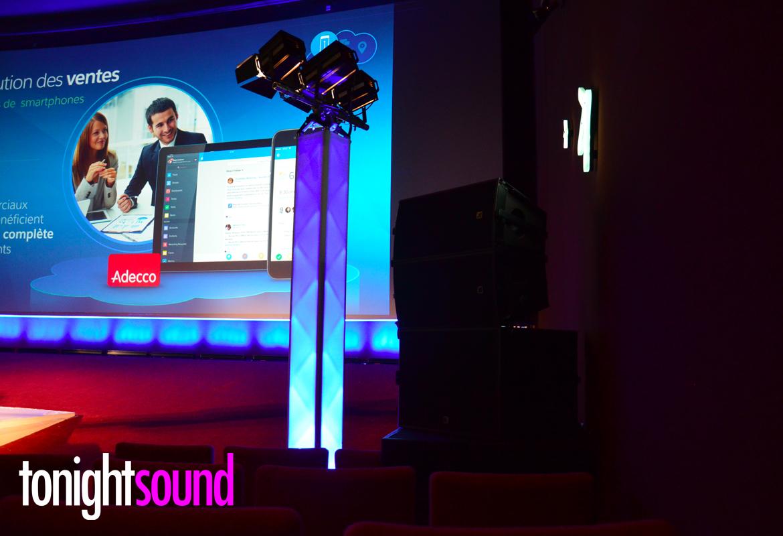 Sonorisation du séminaire Salesforce éclairage Fresnel Spotlight sur totem