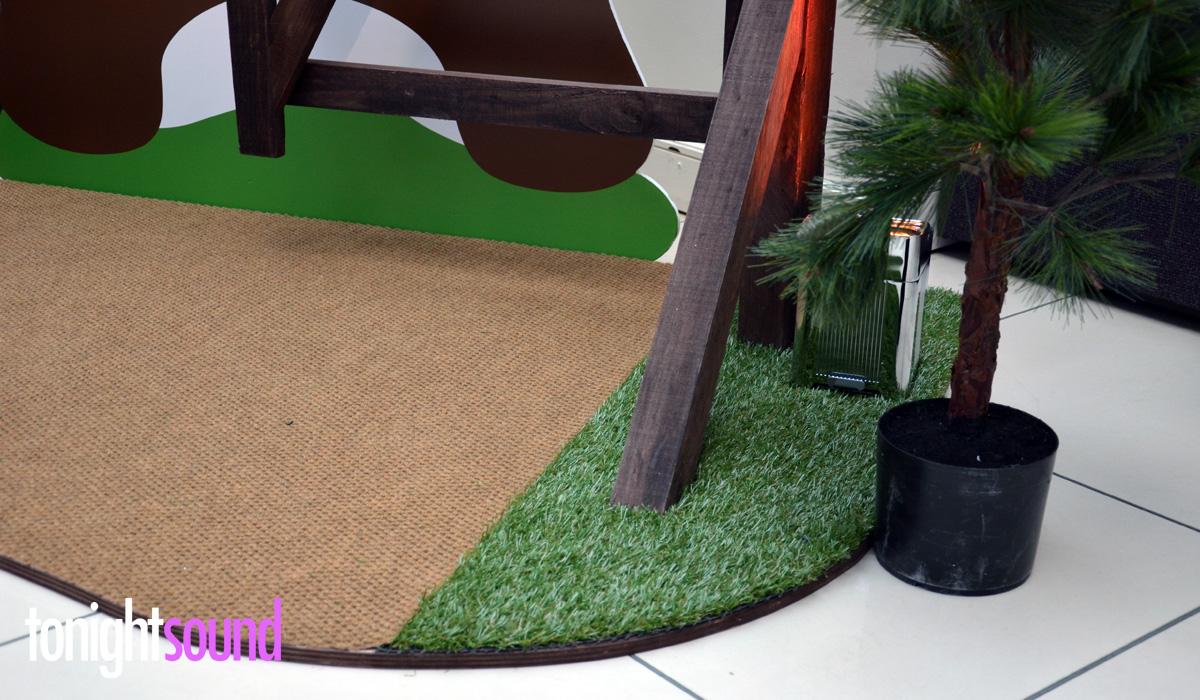 Réalisation de décors en bois pour Salesforce Paris gazon synthétique