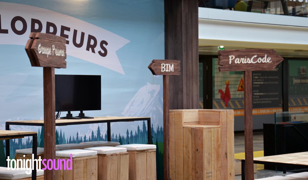 Décoration stand pour Salesforce à Station F Paris panneau signalétique